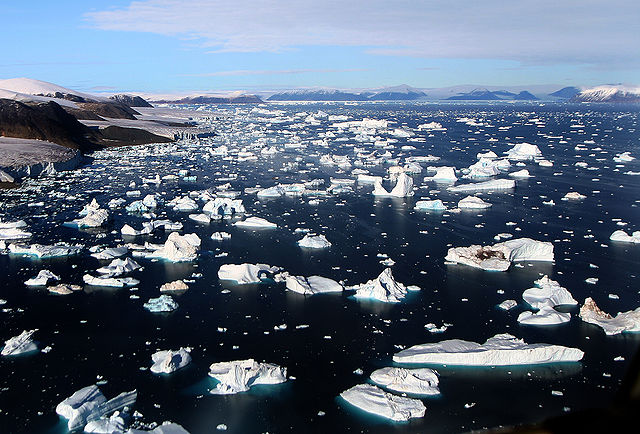 Icebergs breaking off glacier, Greenland.: Credit: Mila Zinkova via Wikimedia Commons.