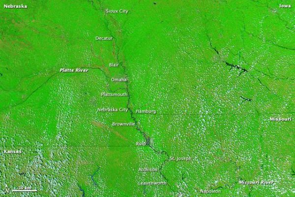 Missouri River basin. Top image acquired yesterday, 18 July 2011, shows flooding. Compare to bottom image acquired a year ago, showing no flooding. Credit: NASA courtesy MODIS Rapid Response Team, Goddard Space Flight Center.