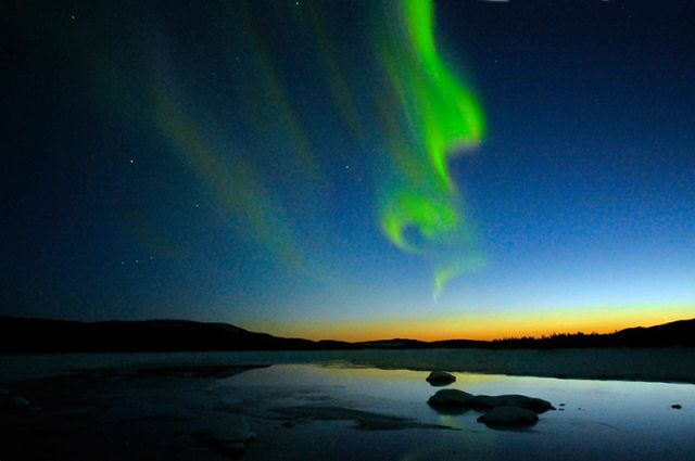 Northern light over Lappland, Sweden: Jerry MagnuM Porsbjer via Wikimedia Commons.