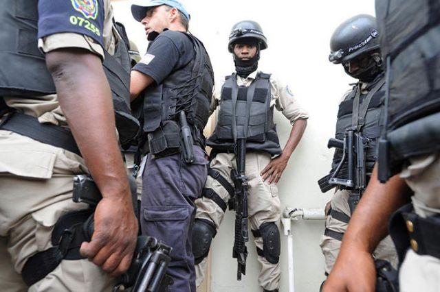 Haitian police with US SWAT members.