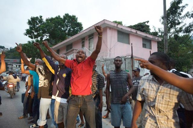 Supporters line the Duvalier motorcade route.