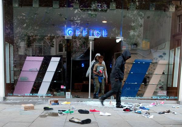 Looters in Manchester.: Joel Goodman/ZUMA